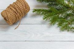 Maqueta del Año Nuevo y de la Navidad - decoración de la Navidad en el fondo de madera blanco Fotos de archivo
