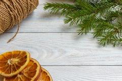Maqueta del Año Nuevo y de la Navidad - decoración de la Navidad en el fondo de madera blanco Fotografía de archivo