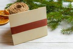 Maqueta del Año Nuevo y de la Navidad - decoración de la Navidad en el fondo de madera blanco Imágenes de archivo libres de regalías