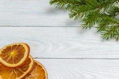 Maqueta del Año Nuevo y de la Navidad - decoración de la Navidad en el fondo de madera blanco Fotografía de archivo libre de regalías