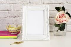 Maqueta del capítulo Mofa blanca del capítulo para arriba Marco blanco con la sola flor Rose Maqueta del marco del producto Foto de archivo