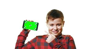 Maqueta del concepto Muchacho alegre que sostiene un smartphone en su mano con una pantalla verde y risas almacen de metraje de vídeo