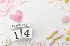 Maqueta del día de tarjetas del día de San Valentín con el calendario perpetuo enselvado blanco y acessories románticos Endecha p Imagenes de archivo
