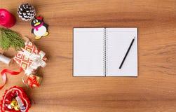 Maqueta del diario para la Navidad ramas del abeto, regalo de la Navidad y decoraciones en fondo de madera imágenes de archivo libres de regalías