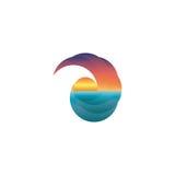Maqueta del logotipo del turismo del verano, sol en la puesta del sol, icono del viaje del diseño Imagen de archivo libre de regalías