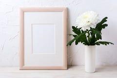 Maqueta del marco de madera con el crisantemo blanco en florero fotografía de archivo