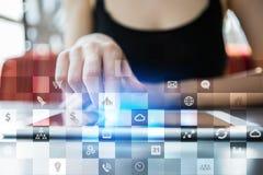 Maqueta del negocio Flujo de trabajo de la oficina Iconos en la pantalla virtual Concepto de la tecnología Imagenes de archivo