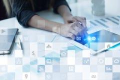 Maqueta del negocio Iconos en la pantalla virtual Internet, concepto de la tecnología digital Foto de archivo