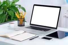 Maqueta del ordenador portátil con smartphone y el cuaderno de la tableta Imagen de archivo libre de regalías