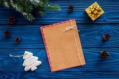 Maqueta del ` s del Año Nuevo Hoja de papel cerca de los juguetes de la Navidad y presente, ramas spruce en la opinión superior d Fotografía de archivo