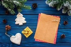Maqueta del ` s del Año Nuevo Hoja de papel cerca de los juguetes de la Navidad y presente, ramas spruce en la opinión superior d Imagenes de archivo
