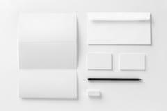 Maqueta determinada de los efectos de escritorio corporativos Identificación texturizada blanco en blanco e de la marca Fotografía de archivo