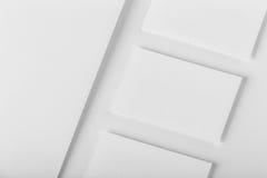 Maqueta determinada de los efectos de escritorio corporativos Papel con membrete y tres negocio c Fotografía de archivo libre de regalías