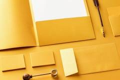 Maqueta determinada de los efectos de escritorio corporativos Carpeta de la presentación, papel con membrete, sobre y tarjetas de Foto de archivo libre de regalías