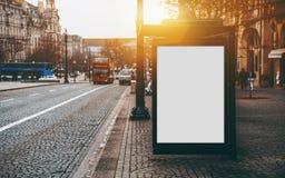 Maqueta en blanco de la cartelera en el término de autobuses foto de archivo