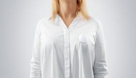Maqueta en blanco de la insignia del botón fijada en el pecho de la mujer Imagen de archivo libre de regalías