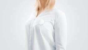 Maqueta en blanco de la insignia del botón fijada en el pecho de la mujer Imágenes de archivo libres de regalías