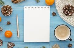 Maqueta en blanco del cuaderno Tablones de madera azules rústicos con la estrella del anís, los conos del pino y el mandarín La N foto de archivo libre de regalías