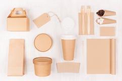 Maqueta en estilo moderno ligero - taza de café en blanco, paquete, caja, cuaderno, etiqueta, tarjeta de la identidad de marcado  foto de archivo libre de regalías