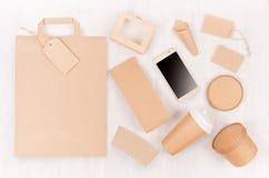 Maqueta en estilo moderno ligero - teléfono de pantalla en blanco, bolso, taza, paquete, caja, etiqueta, tarjeta, envase de la id imagenes de archivo