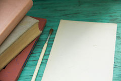 Maqueta en la tabla azul vieja del fondo imagenes de archivo