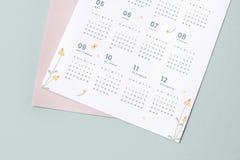 Maqueta floral de la plantilla del calendario con el espacio del diseño imagenes de archivo