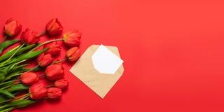 Maqueta minimalista con los tulipanes rojos, flor, sobre de la tarjeta del arte imagenes de archivo
