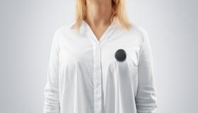 Maqueta negra en blanco de la insignia del botón fijada en el pecho de la mujer Fotografía de archivo libre de regalías