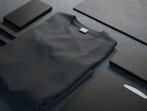 Maqueta oscura con la camiseta en blanco foto de archivo