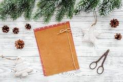 Maqueta por el Año Nuevo 2018 Hoja de papel cerca de ramas spruce, cono del pino en copyspace de madera ligero de la opinión supe Imagen de archivo
