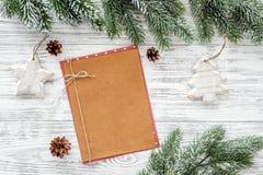 Maqueta por el Año Nuevo 2018 Hoja de papel cerca de ramas spruce, cono del pino en copyspace de madera ligero de la opinión supe Imagenes de archivo