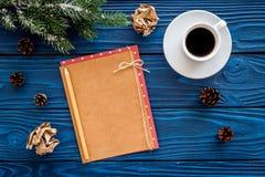 Maqueta por el Año Nuevo 2018 Hoja de papel cerca del café, ramas spruce, cono del pino en la opinión superior del fondo de mader Fotografía de archivo