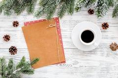 Maqueta por el Año Nuevo 2018 Hoja de papel cerca del café, ramas spruce, cono del pino en la opinión superior del fondo de mader Fotografía de archivo libre de regalías