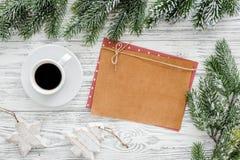 Maqueta por el Año Nuevo 2018 Hoja de papel cerca del café, ramas spruce, en la opinión superior del fondo de madera ligero Foto de archivo libre de regalías