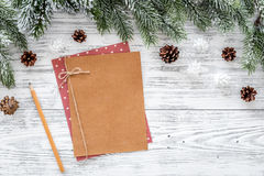 Maqueta por el Año Nuevo 2018 Hoja de papel cerca de ramas spruce, cono del pino en copyspace de madera ligero de la opinión supe Imagen de archivo libre de regalías