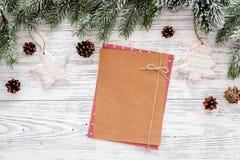 Maqueta por el Año Nuevo 2018 Hoja de papel cerca de ramas spruce, cono del pino en copyspace de madera ligero de la opinión supe Foto de archivo