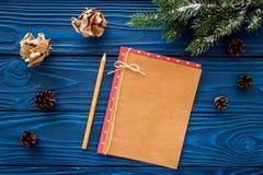 Maqueta por el Año Nuevo 2018 Hoja de papel cerca de ramas spruce, cono del pino en la opinión superior del fondo de madera azul Imagenes de archivo