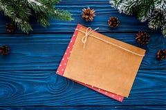 Maqueta por el Año Nuevo 2018 Hoja de papel cerca de ramas spruce, cono del pino en la opinión superior del fondo de madera azul Foto de archivo libre de regalías