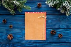 Maqueta por el Año Nuevo 2018 Hoja de papel cerca de ramas spruce, cono del pino en la opinión superior del fondo de madera azul Fotografía de archivo libre de regalías