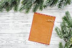 Maqueta por el Año Nuevo 2018 Hoja de papel cerca de ramas spruce en copyspace de madera ligero de la opinión superior del fondo Fotos de archivo libres de regalías