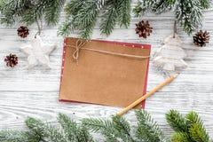 Maqueta por el Año Nuevo 2018 Hoja del papel de Kraft cerca de ramas spruce, cono del pino en la opinión superior del fondo de ma Fotos de archivo