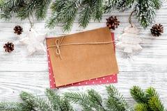 Maqueta por el Año Nuevo 2018 Hoja del papel de Kraft cerca de ramas spruce, cono del pino en la opinión superior del fondo de ma Fotografía de archivo