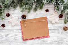 Maqueta por el Año Nuevo 2018 Hoja del papel de Kraft cerca de ramas spruce, cono del pino en la opinión superior del fondo de ma Fotos de archivo libres de regalías
