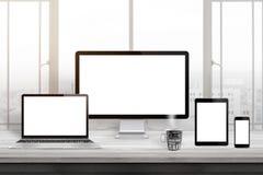 Maqueta responsiva del diseño del sitio web Displaz del ordenador, ordenador portátil, tableta y teléfono elegante en el escritor imagenes de archivo