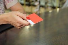 Maqueta roja de la tarjeta de la lealtad del espacio en blanco del control de la mano con las esquinas redondeadas Mofa llana del imágenes de archivo libres de regalías