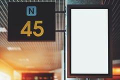 Maqueta vacía vertical de la pantalla de la TV en depósito del ferrocarril imagen de archivo