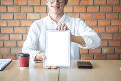 Maqueta vertical de la pantalla de la tableta, imagen del hombre joven que lleva a cabo el espacio digital de la copia de la demo imagen de archivo