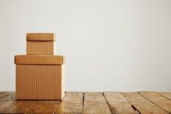 Maquetas de las cajas de cartón acanalado marrones en blanco fotografía de archivo