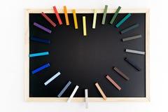 Maquette arrière de tableau avec les craies colorées dans la forme de coeur Affaires, conception intérieure, marquant avec des le Photos stock
