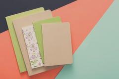 Maquette avec l'ensemble de divers carnets colorés Image stock
